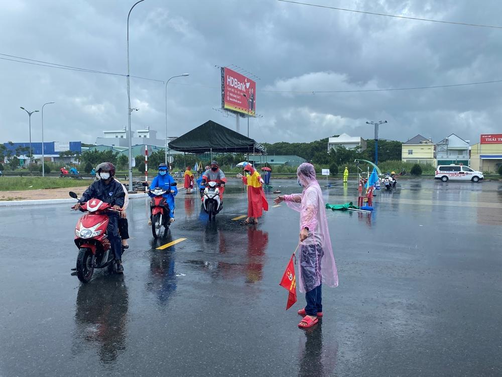 """Bất kể ngày nắng hay mưa, các đoàn viên thanh niên vẫn """"cháy"""" hết mình với công việc kiểm soát người và phương tiện qua lại các cửa ngõ."""