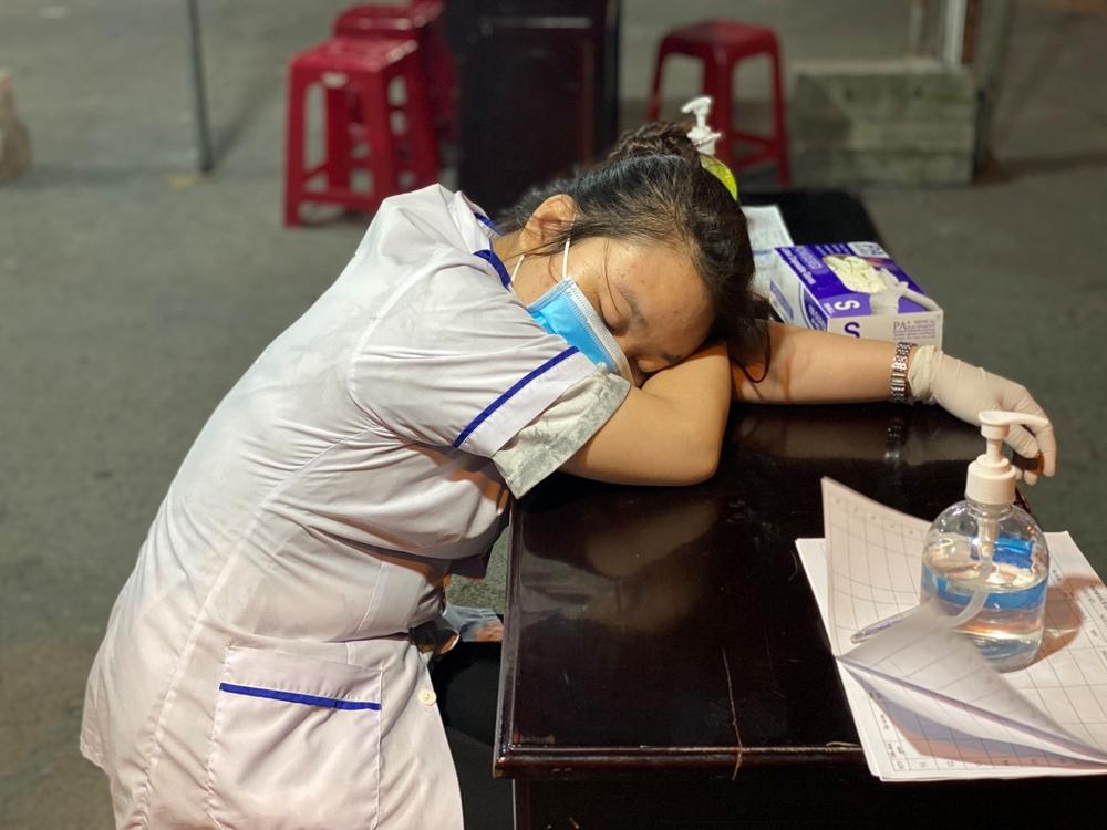 Tranh thủ thời gian vắng người các bạn trẻ ngủ vội để có thêm sức lực cho ca làm việc tiếp theo.