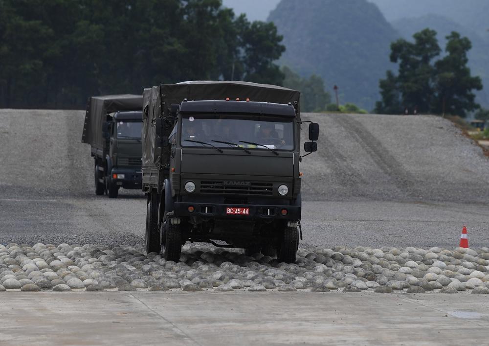 Điều khiển phương tiện chuyên dụng qua địa hình dã chiến phức tạp.