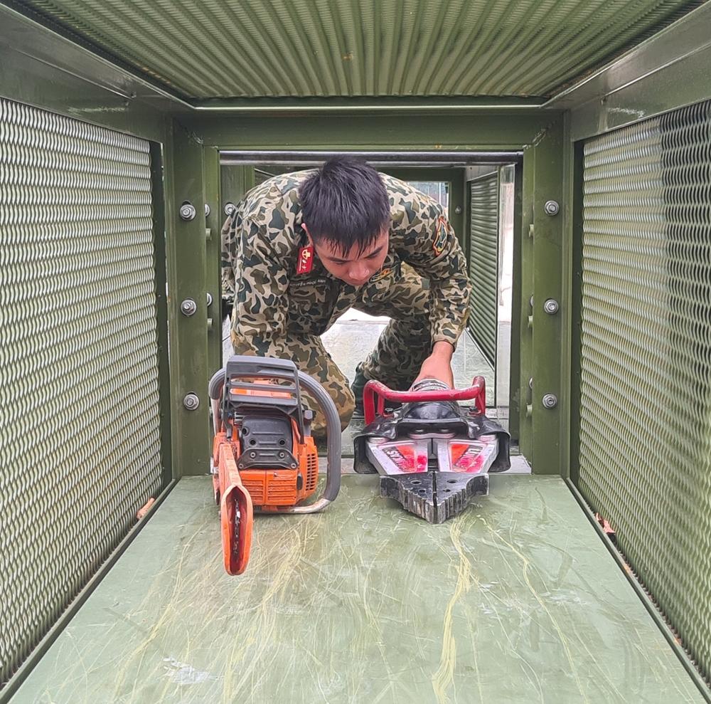 Mang thiết bị cứu hộ trong hầm hẹp.