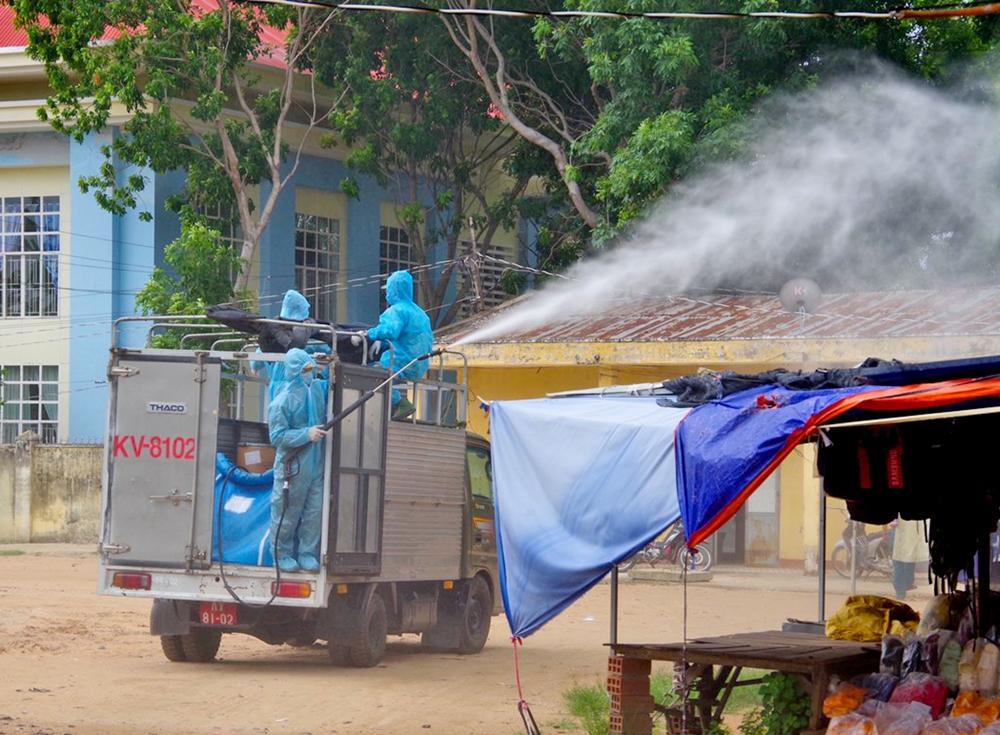 Phun khử khuẩn tại chợ Cheo Reo (thị xã Ayun Pa).