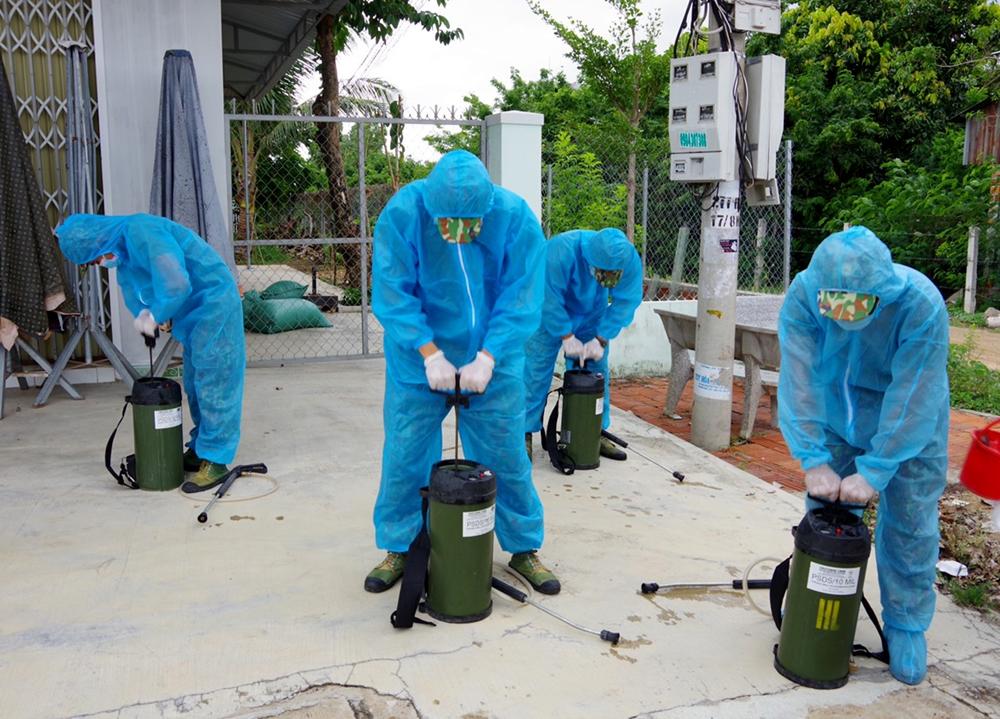 Làm công tác chuẩn bị phun khử khuẩn.