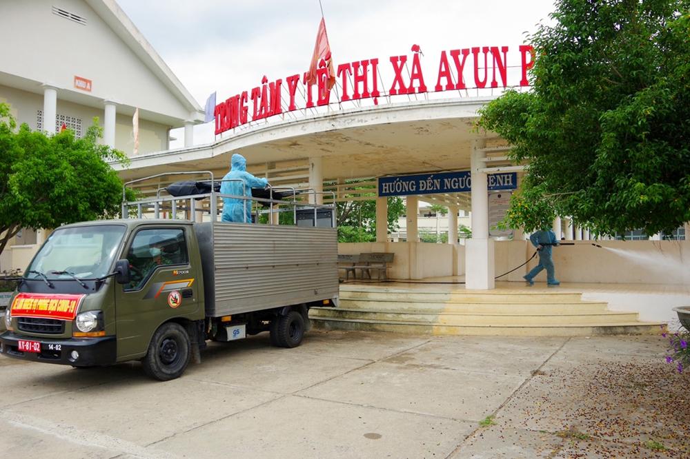 Mọi ngóc ngách của Trung tâm Y tế thị xã Ayun Pa được phun khử khuẩn cẩn thận.