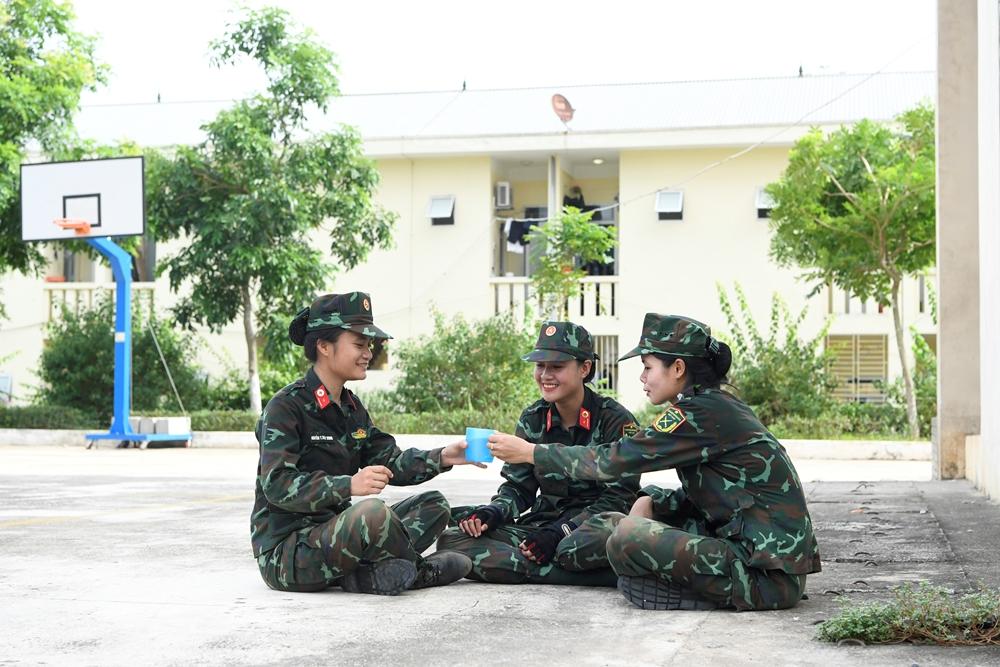 Niềm vui của các nữ quân y sau buổi huấn luyện.