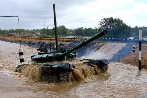 Quân đội Nga huấn luyện lái xe tăng dưới nước