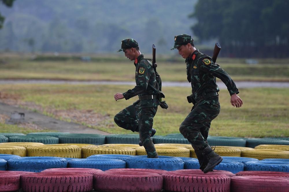 Các xạ thủ rèn luyện thể lực.