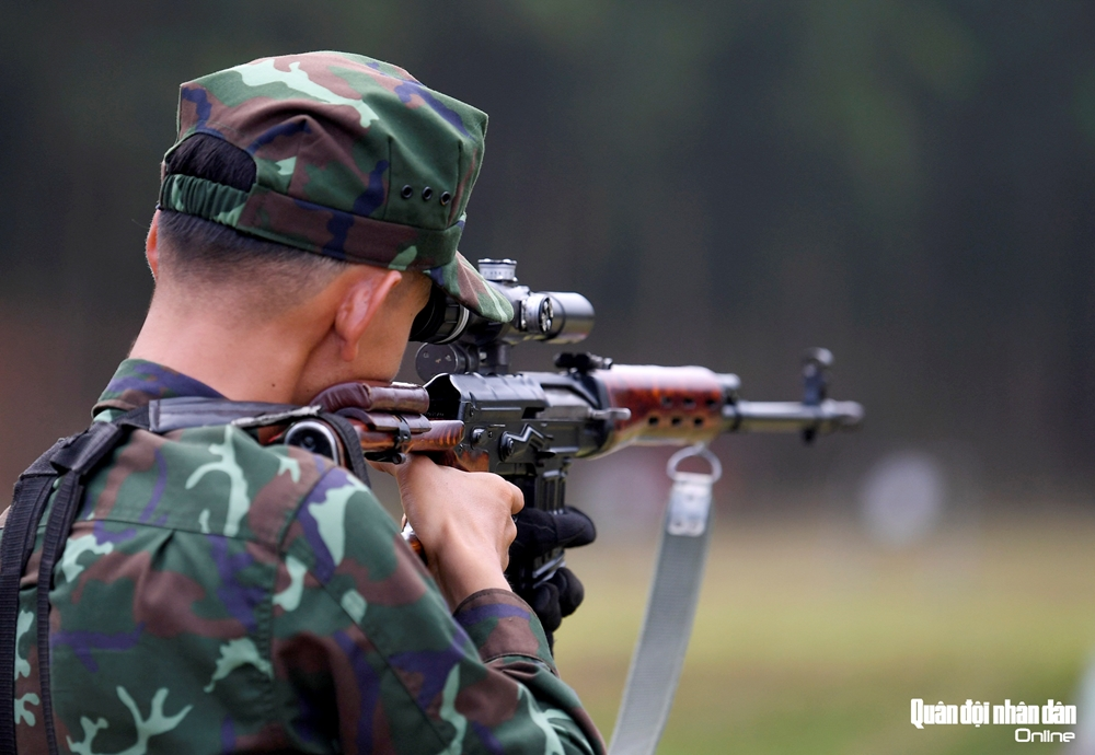 Trang bị súng trường bắn tỉa SVD 7.62mm với kính ngắm PSO cho mỗi xạ thủ.