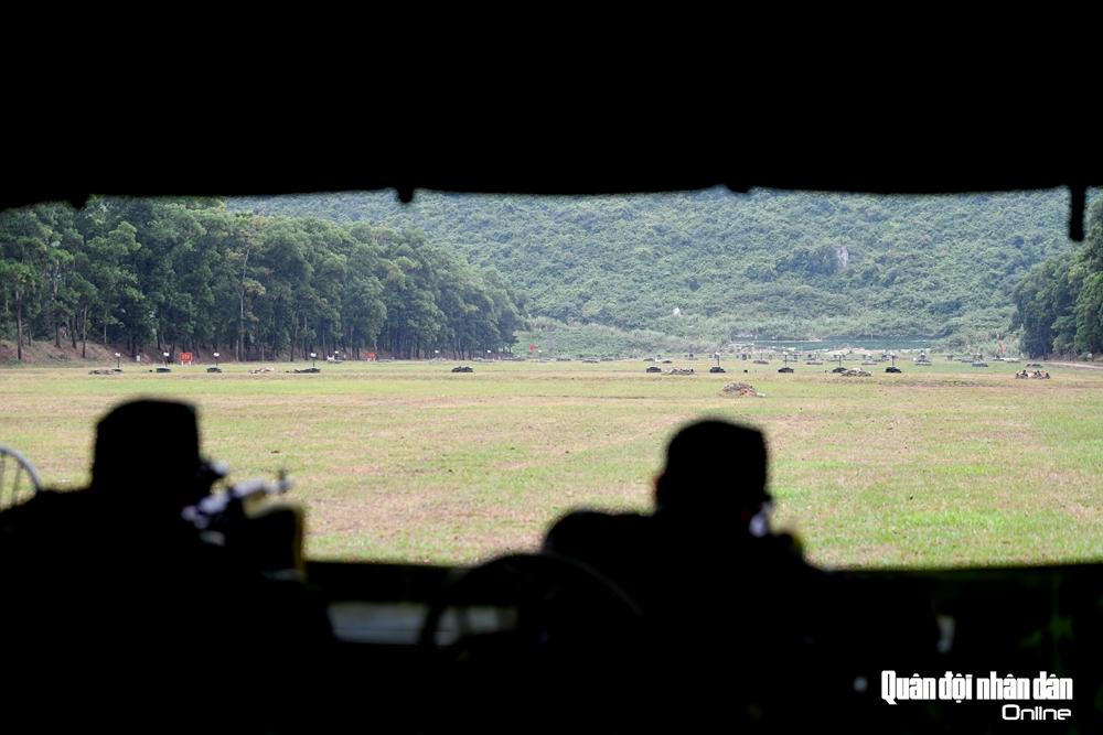 Tuyến bắn trong nhà dã chiến có bàn ghế bắn, khoảng cách bia chuyên dụng ở cự ly 150-200m.