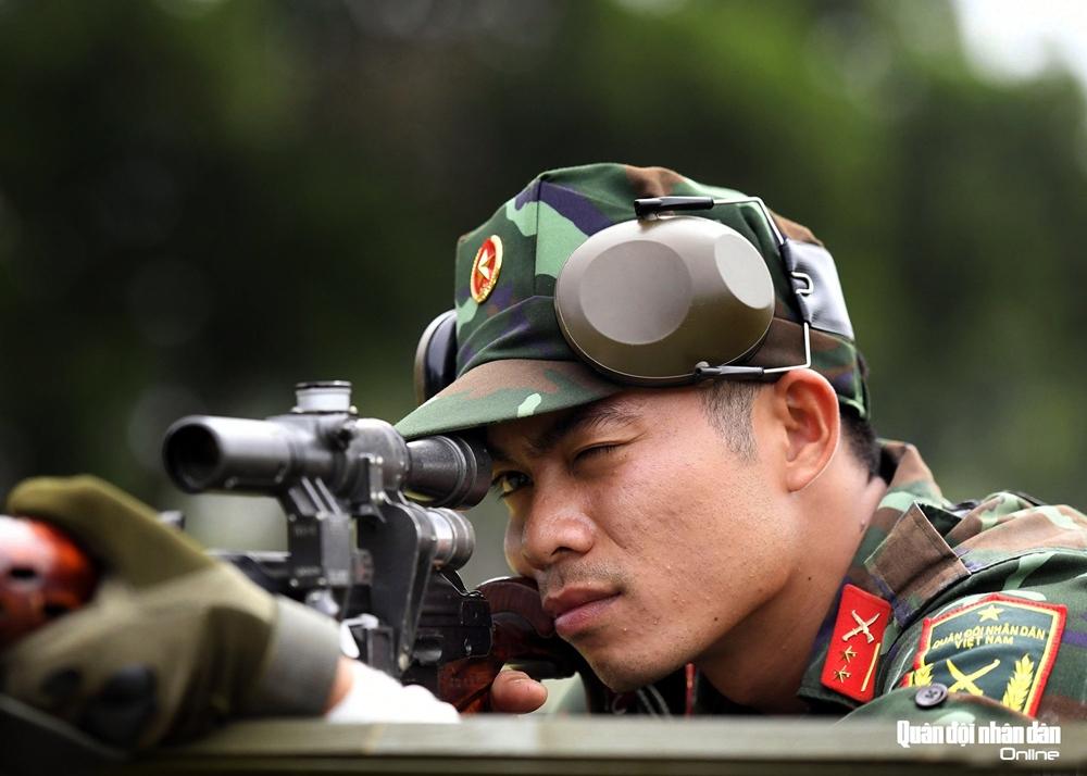Đường ngắm bắn đầy tự tin của xạ thủ.