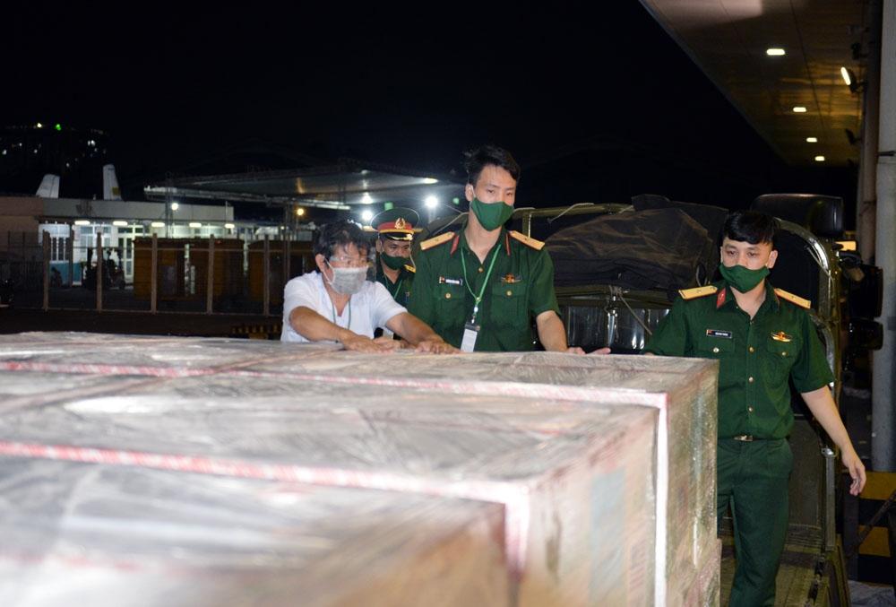 Cán bộ, chiến sĩ Lữ đoàn 972 kiểm tra, tiếp nhận đúng mặt hàng.