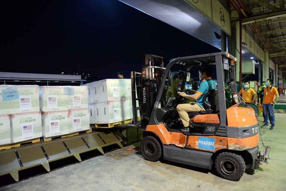 Xe nâng làm nhiệm vụ đưa vaccine lên thùng xe tải chuyên dụng.