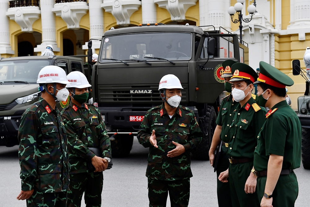 Đại tá Nguyễn Xuân Dĩnh, Phó tham mưu trưởng Binh chủng Hóa học phổ biến nhiệm vụ cho các lực lượng tham gia.