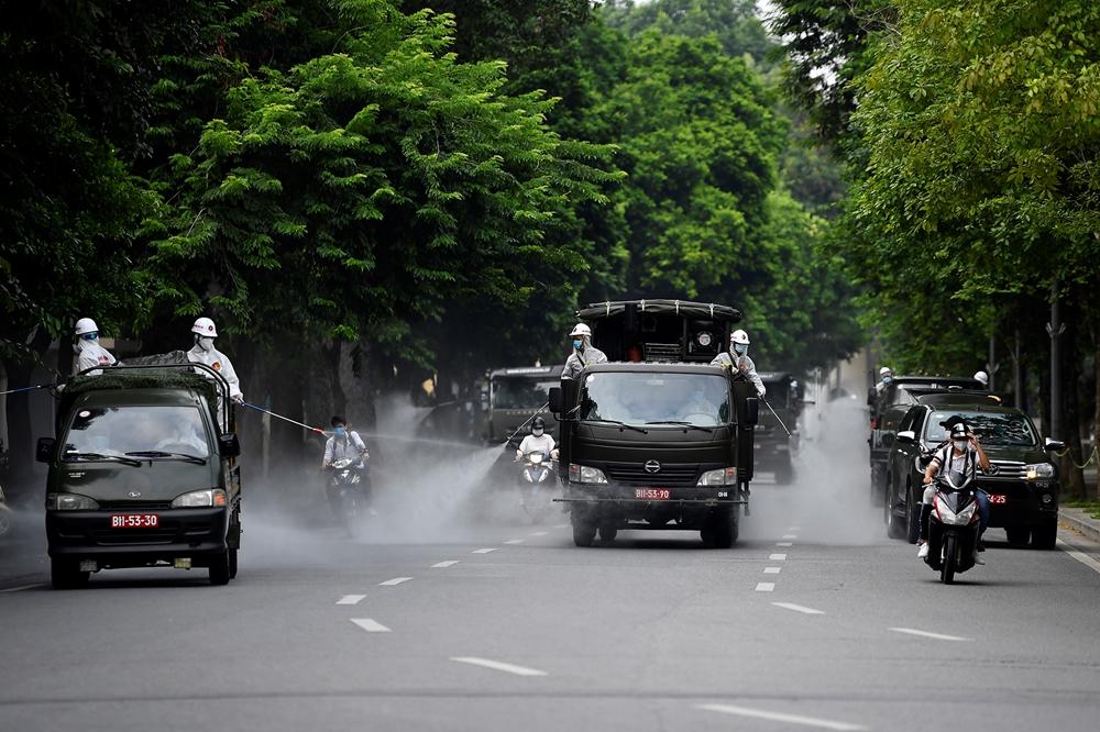 Các xe phun dọc trên đường Đinh Tiên Hoàng.