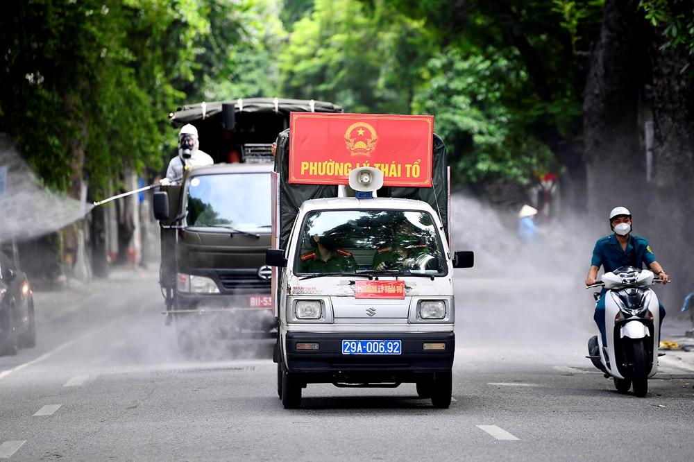 Phun khử khuẩn dọc các trục đường của phường Lý Thái Tổ.