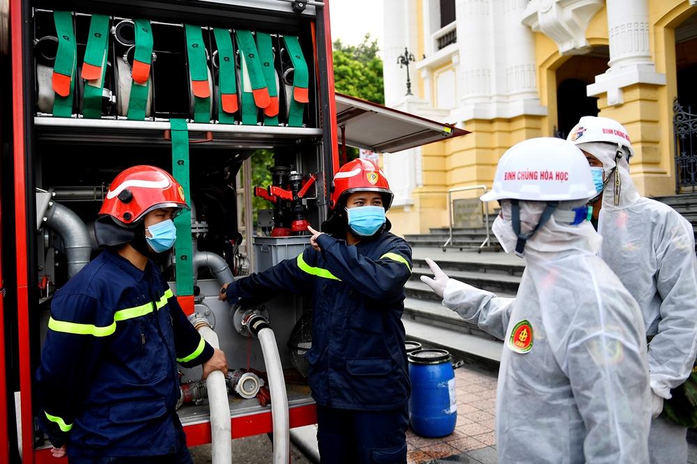Lực lượng Phòng cháy, chữa cháy quận Hoàn Kiếm đảm bảo cấp nước cho các lực lượng tham gia phun khử khuẩn.