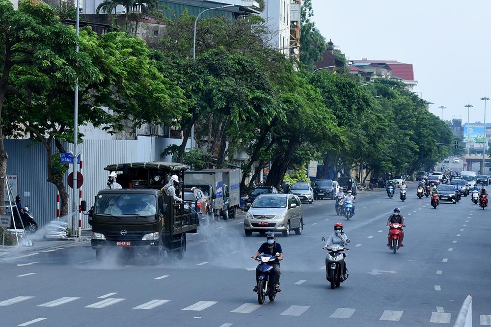 Xe phun chạy dọc tuyến đường Trần Quang Khải.