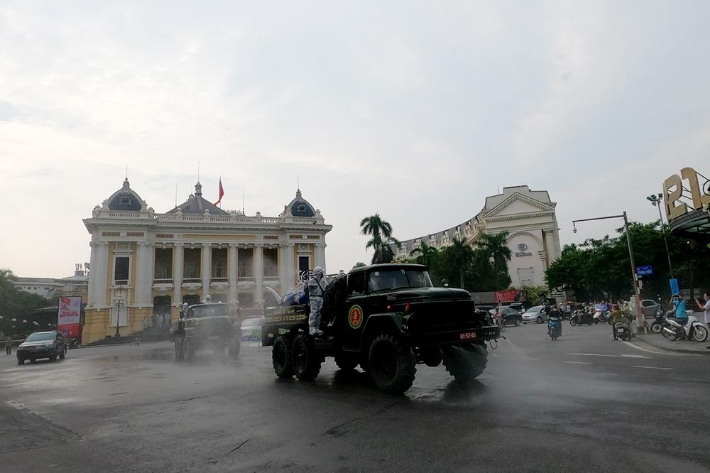 Các xe tiến hành phun quanh khu vực Nhà hát Lớn sau đó di chuyển ra khu quanh hồ Hoàn Kiếm.