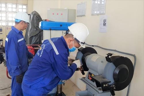 Bộ đội Trường Sa cứu ngư dân bị tai nạn và hỗ trợ sửa chữa tàu cá