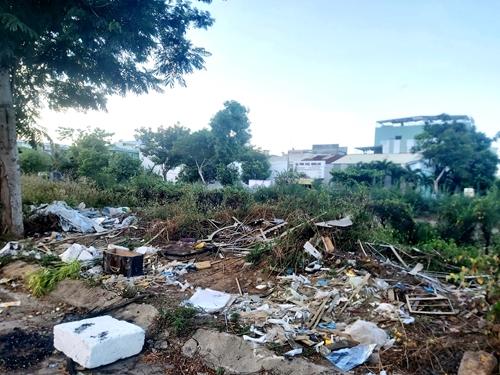 Tuyến đường dọc bờ kênh ô nhiễm vì rác