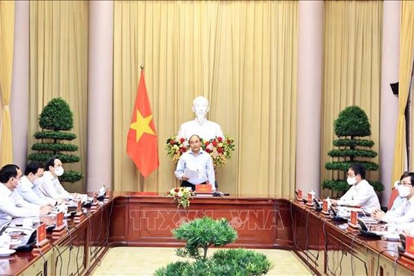 Chủ tịch nước Nguyễn Xuân Phúc gặp mặt điển hình tiêu biểu ngành dệt may
