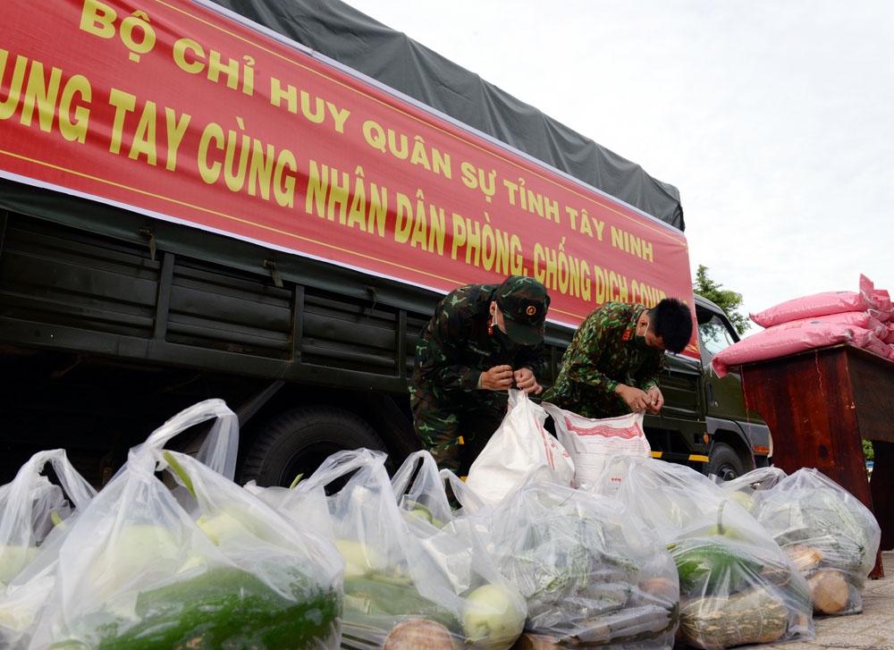 Cán bộ, chiến sĩ Bộ CHQS tỉnh Tây Ninh chuẩn bị các phần quà tặng người dân.