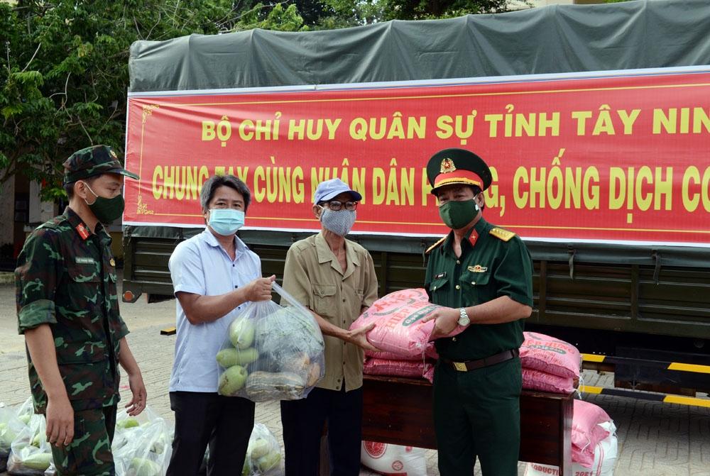 Trao quà tặng các hộ gia đình tại xã Thanh Điền, huyện Châu Thành.