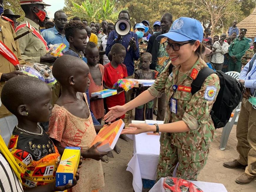 Nữ quân nhân Việt Nam ở Nam Sudan Tre%20em%202