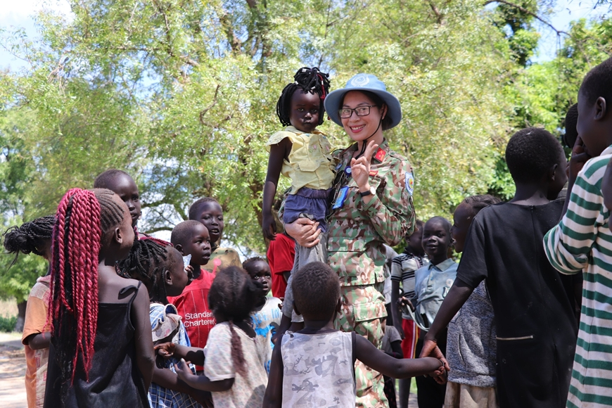Nữ quân nhân Việt Nam ở Nam Sudan Tre%20em