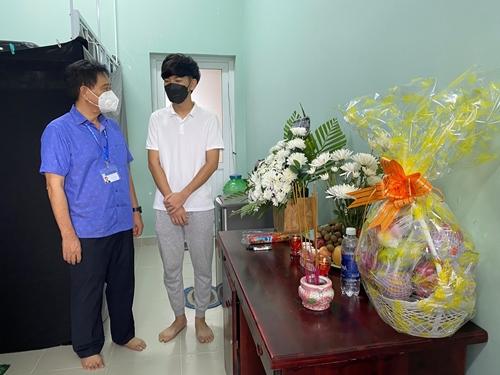 Xúc động nam sinh viên Lào không thể về quê chịu tang cha