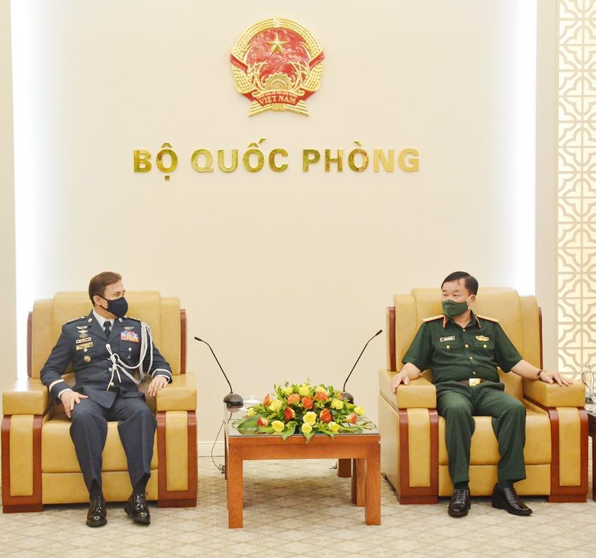 Thượng tướng Hoàng Xuân Chiến tiếp Tùy viên Quốc phòng Philippines tại Việt Nam