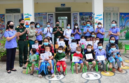 Trao 20 suất quà tặng học sinh nghèo ở TP Điện Biên Phủ