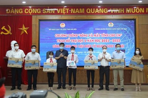 Hà Nội: Trao tặng gần 3.700 bộ máy tính cho học sinh có hoàn cảnh khó khăn