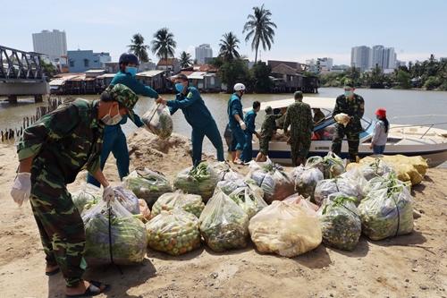 Vượt sông tiếp tế người dân