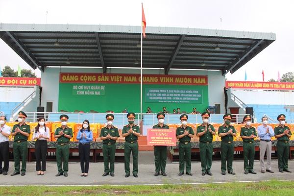 Bộ CHQS tỉnh Đồng Nai trao 2 500 phần quà tặng công nhân có hoàn cảnh khó khăn
