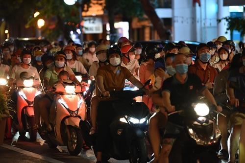 Người dân Thủ đô đổ ra phố vui Tết Trung thu gây nguy cơ bùng phát dịch Covid-19