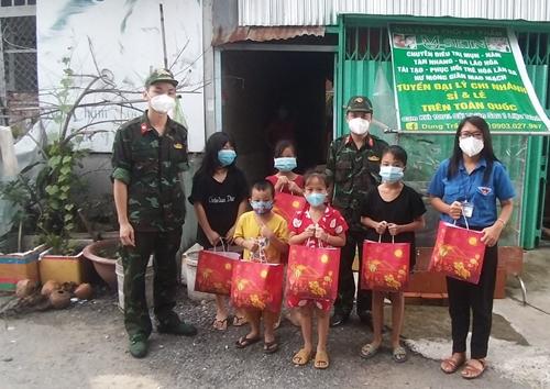 Thầy thuốc quân y mang Trung thu đến với trẻ em vùng dịch