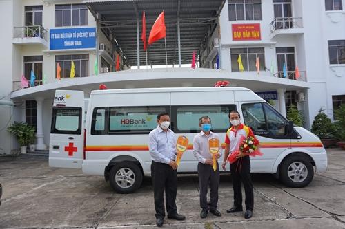 Tập đoàn Sovico và HDBank tặng xe cứu thương, máy thở và thiết bị y tế cho tỉnh An Giang