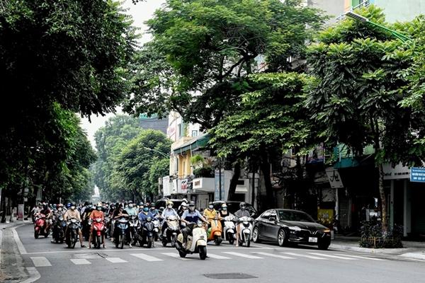 Đường phố Hà Nội đông kín người trong ngày đầu nới lỏng giãn cách