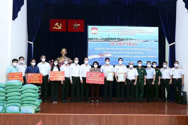 Quân chủng Hải quân hỗ trợ TP Hồ Chí Minh 25 tỷ đồng và 135 tấn gạo phục vụ công tác phòng, chống dịch