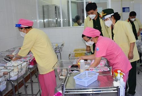 Chung tay chăm sóc trẻ sơ sinh mồ côi