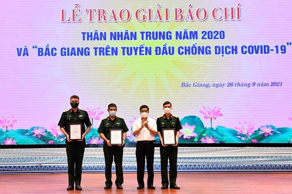 Các phóng viên Báo Quân đội nhân dân đoạt 4 Giải báo chí Bắc Giang trên tuyến đầu chống dịch Covid-19