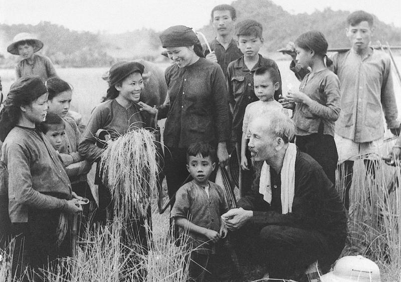 """Ngày này năm xưa: 1-10-1952: Bác Hồ căn dặn """"Thương dân, trọng dân và tốt với dân"""""""