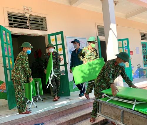 Bộ đội giúp thầy trò ở huyện Quỳnh Lưu dọn trường lớp sau mưa lũ