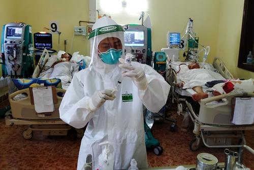 Học viên F0 bình phục tình nguyện chăm sóc bệnh nhân