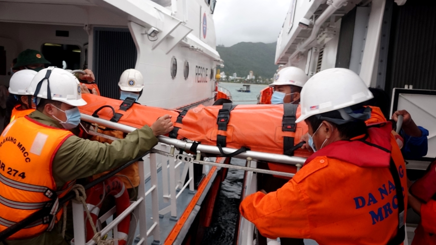 Kịp thời cứu 3 thuyền viên gặp nạn trên biển