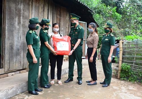 Trao 50 túi an sinh tặng hộ nghèo bản Tân Phong, xã Si Pa Phìn, huyện Nậm Pồ