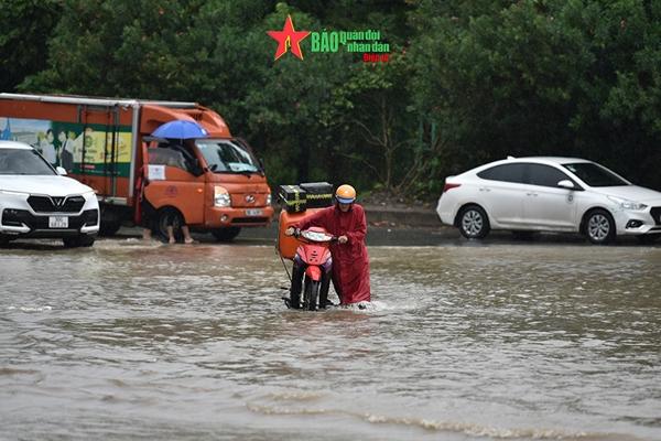 Bao giờ Hà Nội mới hết ngập lụt cục bộ sau mỗi trận mưa lớn?