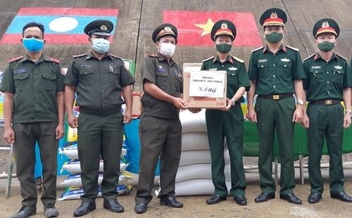 Hỗ trợ các đơn vị lực lượng vũ trang nước bạn Lào chống dịch Covid-19