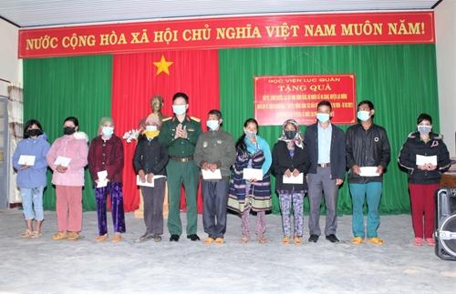 Học viện Lục quân tặng quà gia đình có hoàn cảnh khó khăn do dịch Covid-19