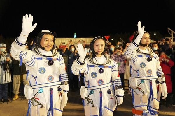Tàu Thần Châu 13 đưa nữ phi hành gia Trung Quốc đầu tiên lên trạm vũ trụ